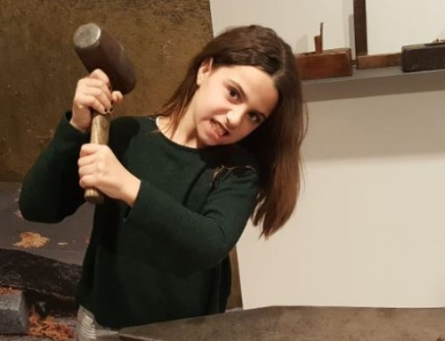 Aitana celebra siete años con implante coclear